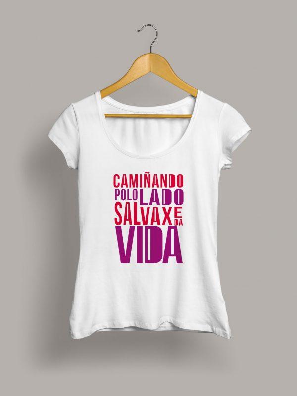 Camiseta chica caminando polo lado salvaxe da vida